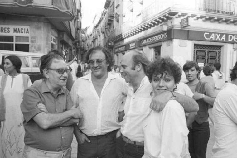 Pla obert de Joan Brossa, Carles Santos, Hermann Bonnin i Sabrine Dufrenoy, a la plaça Major el 1983