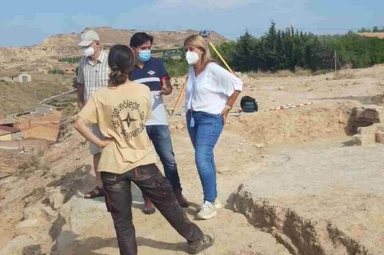 Pla obert de la visita de l'alcaldessa Rosa Pujol a les excavacions a l'entorn del castell d'Aitona