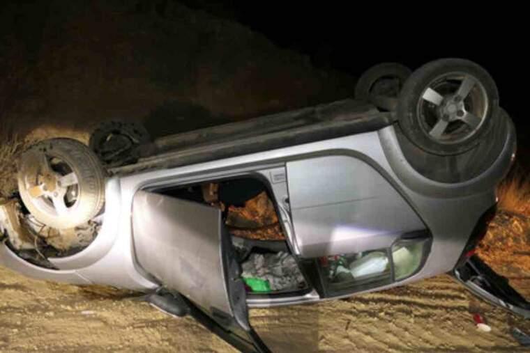 Pla obert d'un vehicle bolcat a Alpicat moments després que el conductor hagi atropellat tres joves i hagi fugit del lloc
