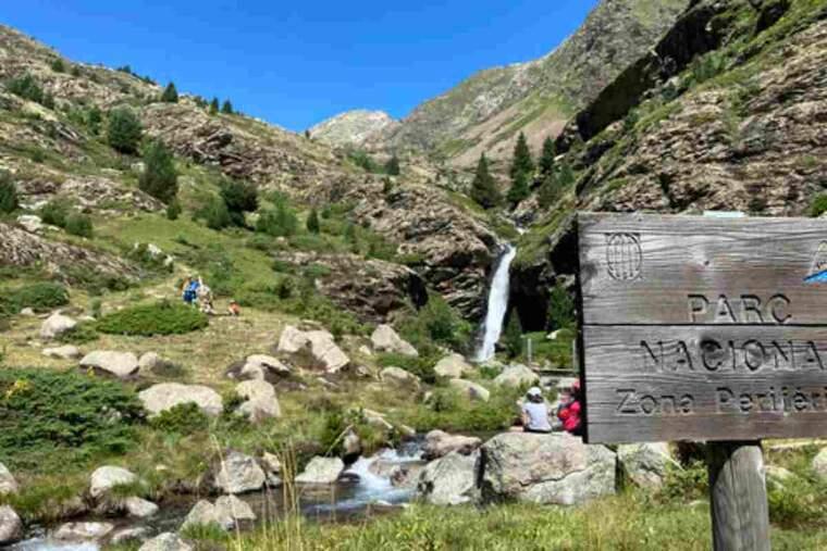 Pla obert on es pot veure un tram del camí de Rus, a la Vall Fosca, a l'entorn del Parc Nacional d'Aigüestortes