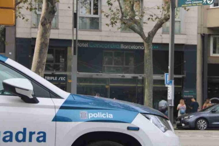 Pla tancat d'un cotxe de Mossos d'Esquadra davant l'Hotel Concordia, situat a l'avinguda Paral·lel de Barcelona