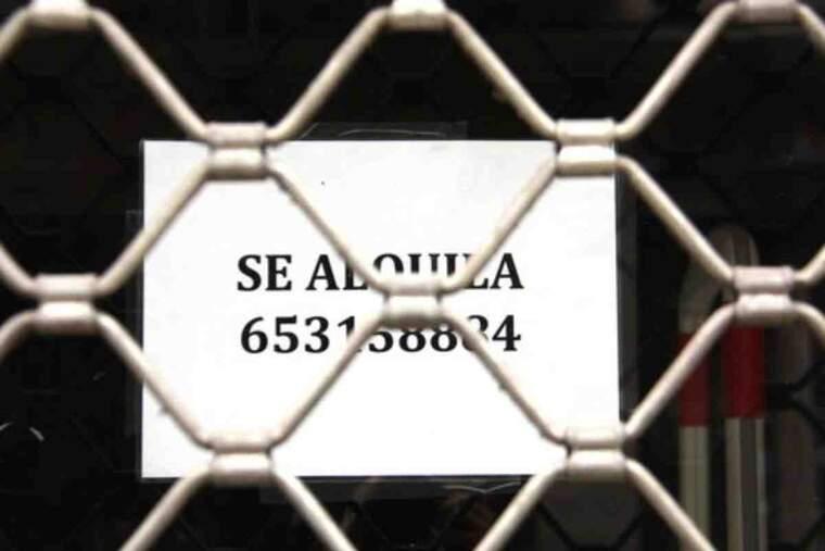 Primer pla d'un cartell 'd'es lloga' en un local tancat a Barcelona