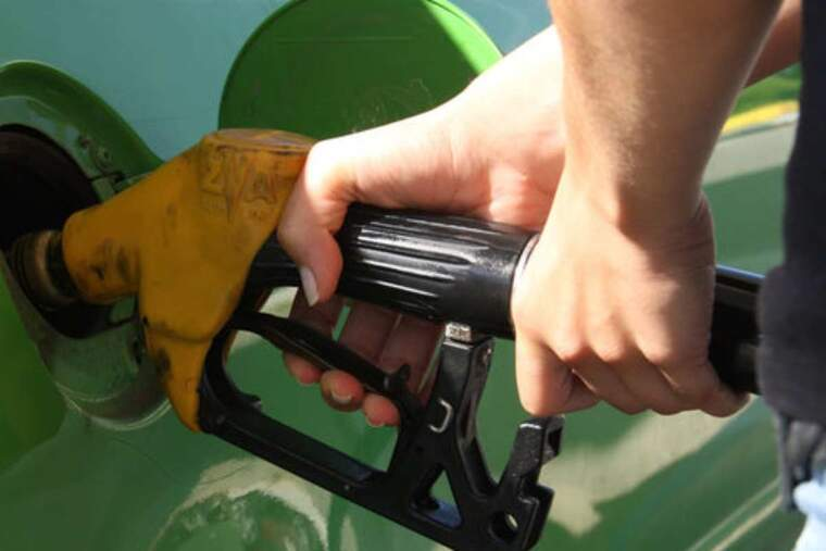Primer pla d'un conductor posant benzina el seu vehicle
