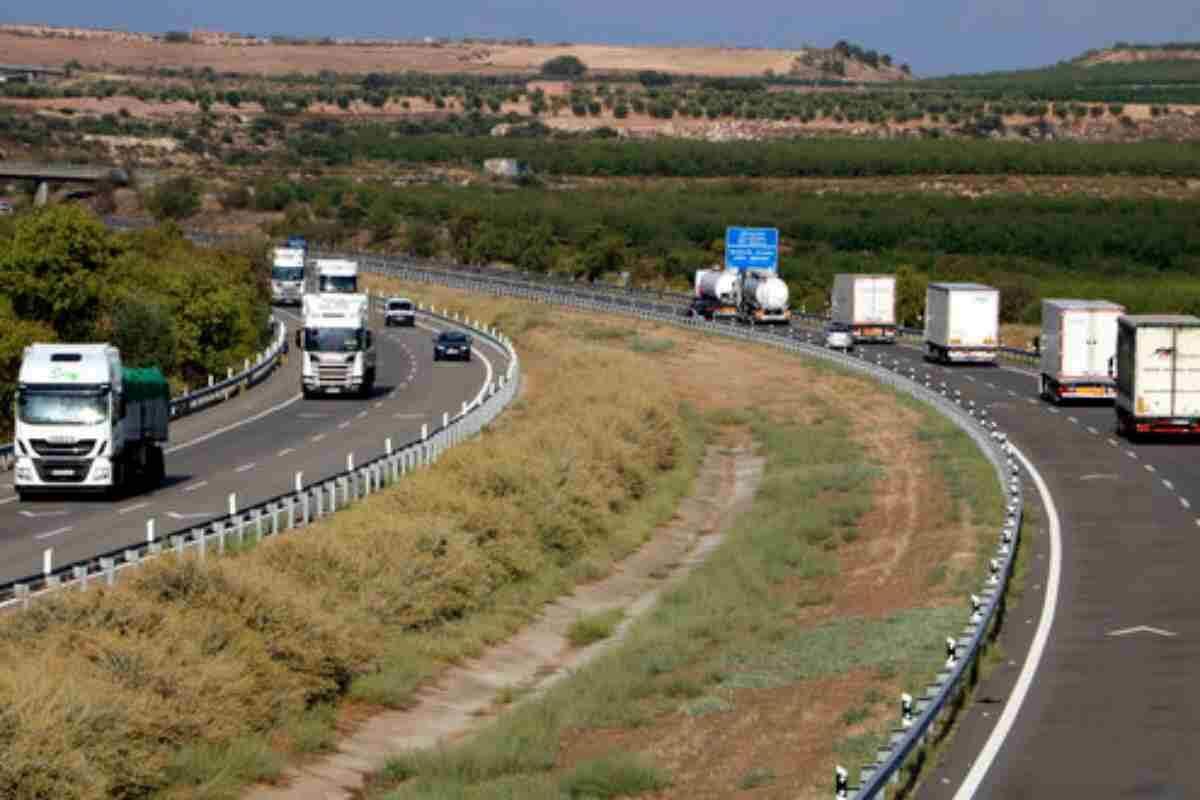 Pla mitjà on es pot veure l'AP-2, a l'alçada de Castelldans, carregada de trànsit de cotxes i camions
