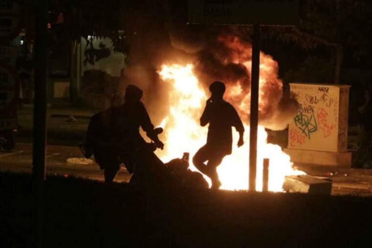Dos joves cremen una moto durant els aldarulls posterior al botellot del Bogatell