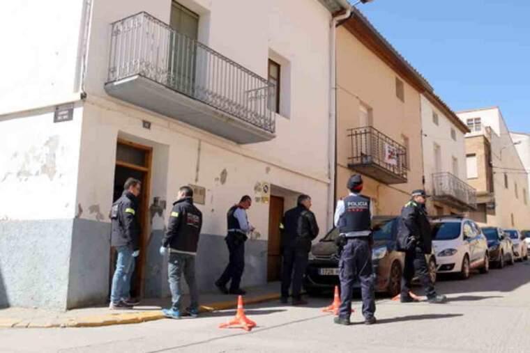 Els Mossos i policia local, davant de la casa d'Alcarràs on han detingut un home i una dona acusats de tràfic de drogues