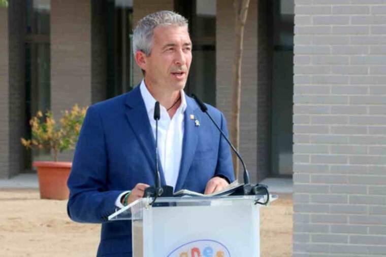 Pla americà del conseller d'Educació, Josep González-Cambray, durant la inaguració de l'escola Agnès de Sitges