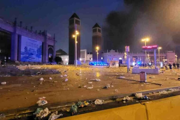 Pla general de la zona de plaça Espanya amb destrosses visibles pel macrobotellot