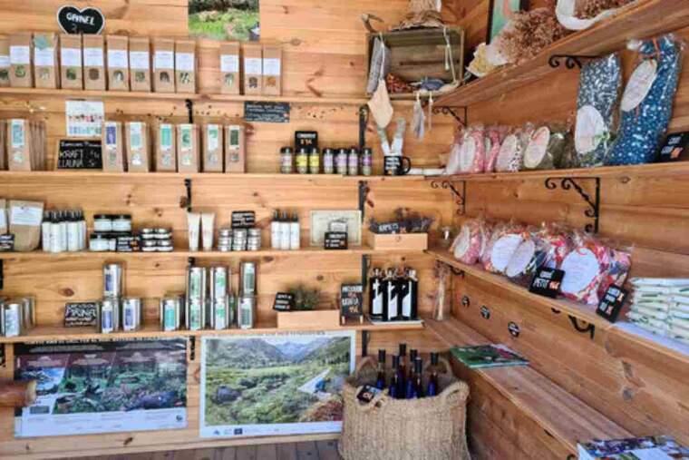 Pla general de l'interior de la botiga Herbes de l'Alt Pirineu a Araós, al Pallars Sobirà