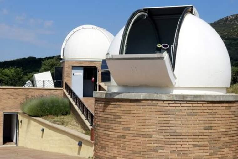 Pla general del telescopi amb el qual s'ha observat l'eclipsi solar parcial al Parc Astronòmic del Montsec a Àger