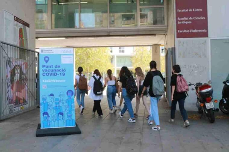 Pla general d'un cartell informatiu sobre el punt de vacunació sense cita al Campus Catalunya de la Universitat Rovira i Virgili