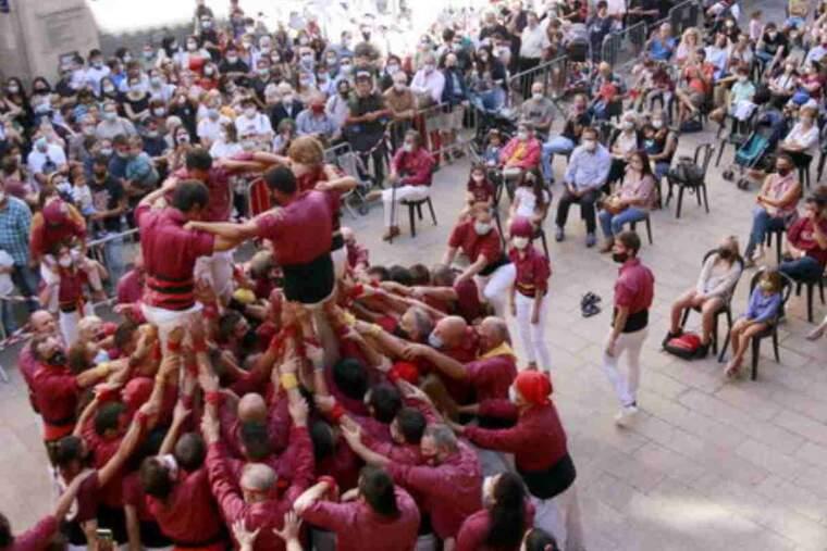 Pla general picat de part del públic de dins i fora del recinte delimitat mirant com els Castellers de Lleida