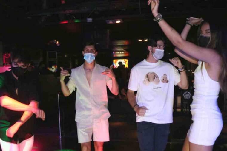 Pla mig d'un grup de joves que balla amb mascareta a la pista de la discoteca Flashback de Salou