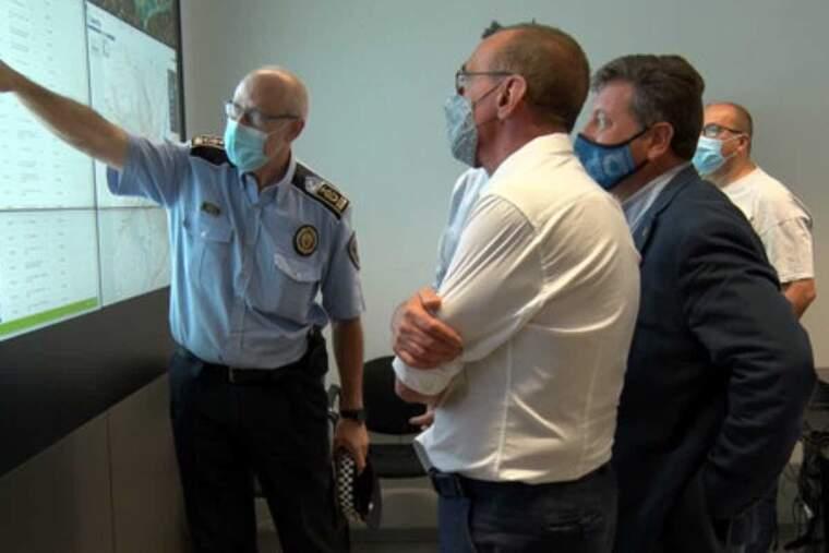 Pla mitjà de l'intendent de la Guàrdia Urbana de Lleida, Josep Ramon Castro, mostrant a l'alcalde Miquel Pueyo, el funcionament del circuït de càmeres de l'Horta, el 21 de setembre del 2021
