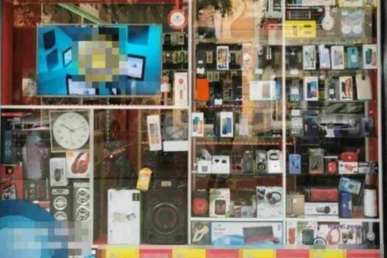 Pla mitjà on es pot veure l'aparador d'un dels dos comerços intervinguts per la policia a Lleida amb material falsificat
