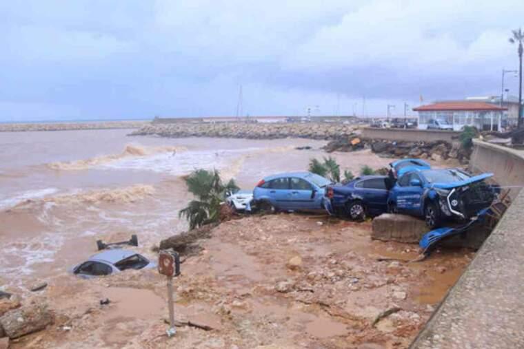 Pla obert de cotxes destrossats a les Cases d'Alcanar