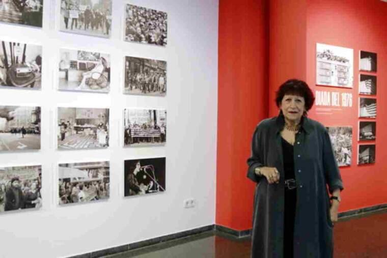 Pla obert de la fotògrafa Pilar Aymerich a l'exposició de la seva obra a Juneda en el marc de la segona jornada Miravisions