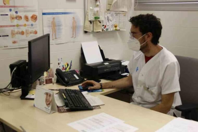 Pla obert del metge de família del consultori de Torres de Segre, Sergi Gòdia, treballant a la seva consulta