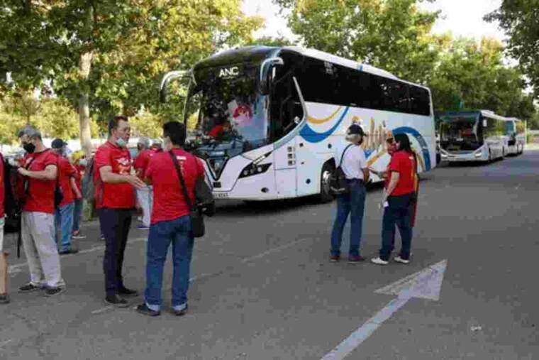 Pla obert dels tres autocars que han sortit del Camp d'Esports de Lleida cap a Barcelona per participar a la mobilització de la Diada