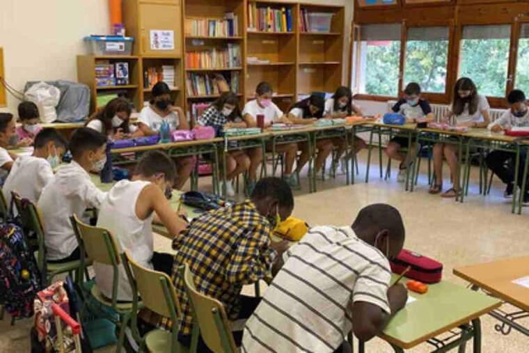 Pla obert d'un grup classe de primària de l'Institut Escola d'Oliana (Alt Urgell) el primer dia de curs escolar