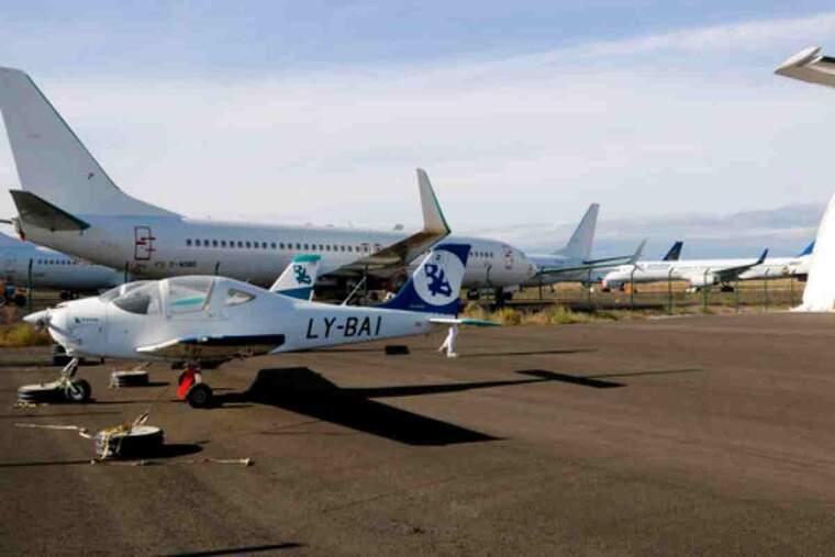 Pla obert on es poden veure una avioneta i diferents avions estacionats a l'aeroport de Lleida-Alguaire