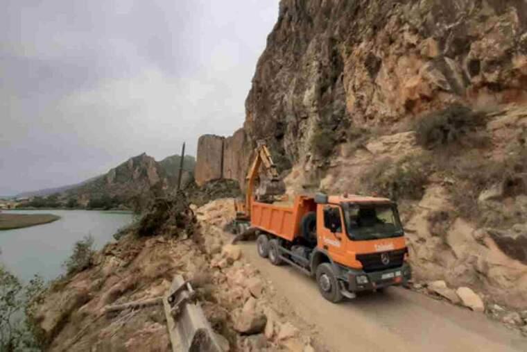 Pla obert on es pot veure maquinària pesant treballant a la carretera LV-9047 entre Sant Llorenç de Montgai i Camarasa