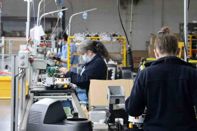 Pla obert on es veuen diverses operàries a la zona de la fàbrica de Taurus Group d'Oliana (Alt Urgell)