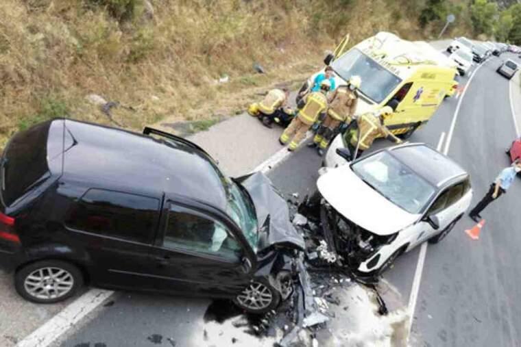 Pla picat de l'accident frontal de trànsit entre dos cotxes a la C-14 a Montblanc