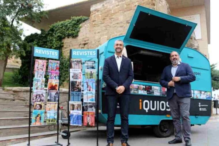 Pla sencer del president de l'APPEC editors de revistes i digitals, Germà Capdevila, amb el delegat del Govern a Lleida, Bernat Solé