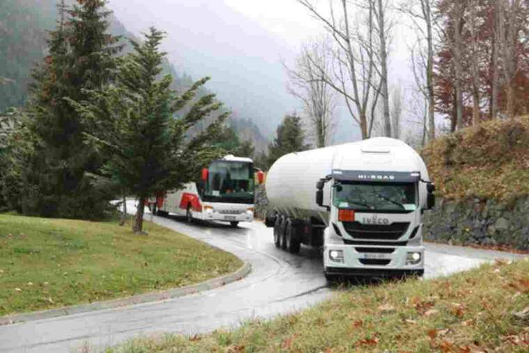 Un camió circulant per la N-230 a pocs metres de l'entrada de Vielha