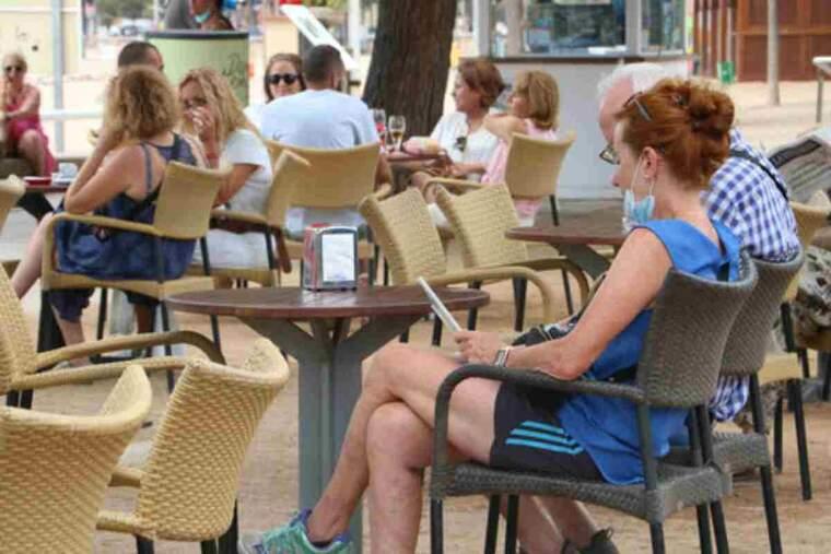 Unes persones en una terrassa de Sant Feliu de Guíxols