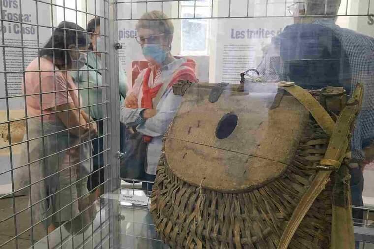 Visitants a l'exposició 'Els Pescadors de muntanya' al Museu Hidroelèctric de Capdella