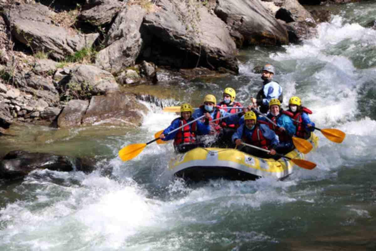 Pla general d'una barca de ràfting al riu Noguera Pallaresa, el 4 d'abril del 2021.