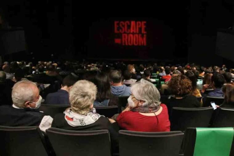 Espectadors amb mascareta esperen l'inici de la primera funció al Teatre Goya després de l'aixecament del tancament cultural