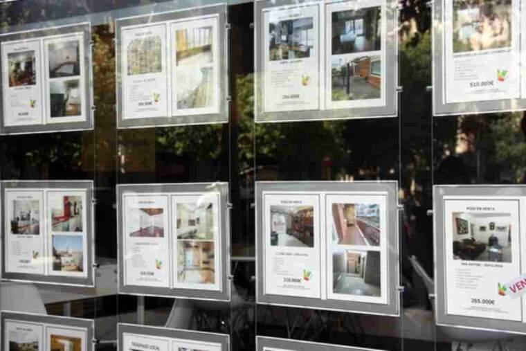 Imatge d'arxiu dels cartells d'una immobiliària