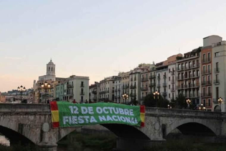 Pla general de la pancarta desplegada per Vox al pont de Pedra de Girona per commemorar el Dia de la Hispanitat