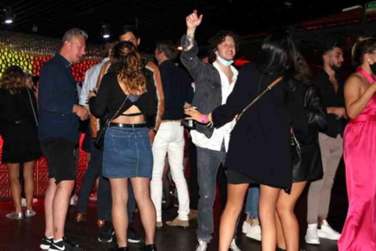 Pla general de persones ballant a la discoteca Shôko de Barcelona en la primera nit de reobertura dels locals d'oci nocturn
