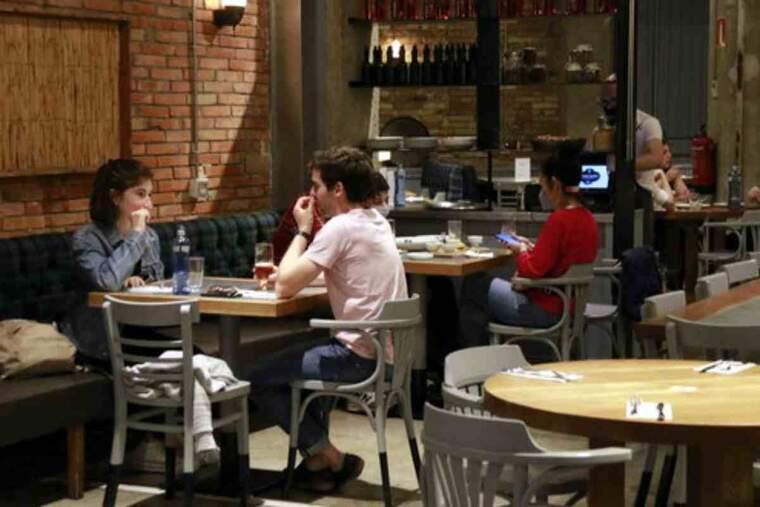 Pla obert de diverses taules amb comensals al restaurant Teresa Carles de Lleida, la primera nit que els restaurants poden obrir fins les 23 h