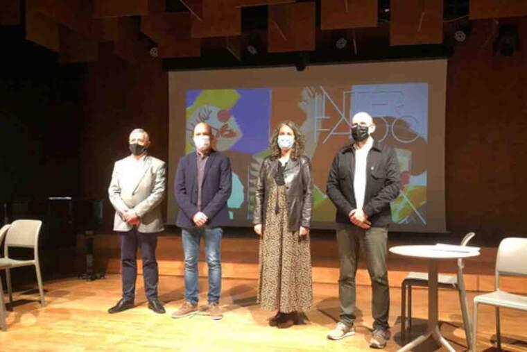 Pla obert de la presentació del 10è festival Interfado, amb la directora del certamen, Carolina Blàvia