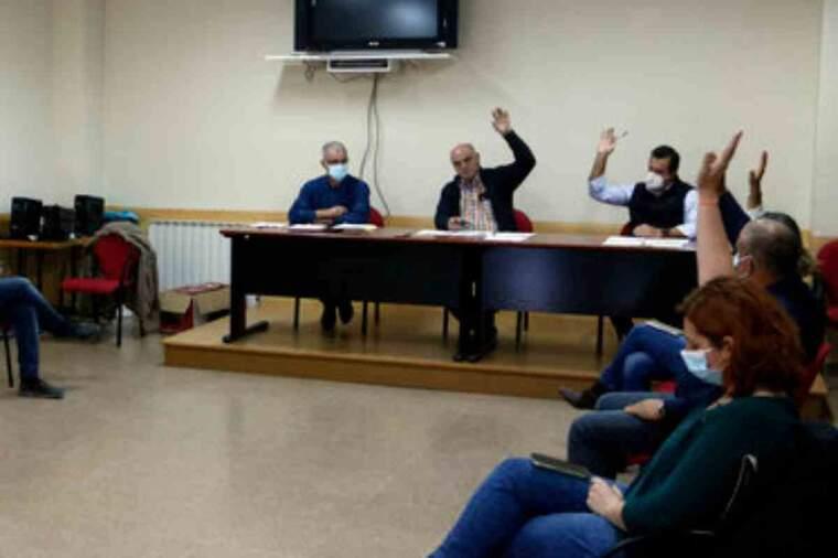 Pla obert on es pot veure el moment de la votació de la moció de censura al ple de Sant Ramon contra el fins ara alcalde, Aleix Bochaca
