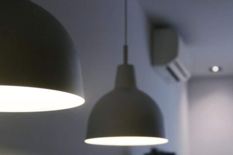 Pla tancat de dos llum encesos, amb altres electrodomèstics de fons