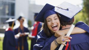 Graduados abrazándose