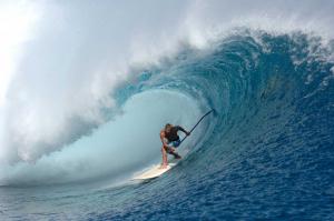 Hombre practicando surf