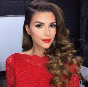 mujer con maquillaje y vestido rojo