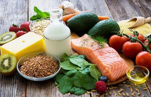 mesa con alimentos saludables