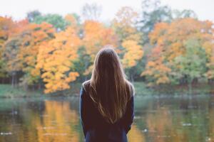 mujer con pelo largo en otoño