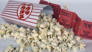 Crispetes i tiquets de cinema al terra