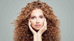 Mujer con el cabello rizado.