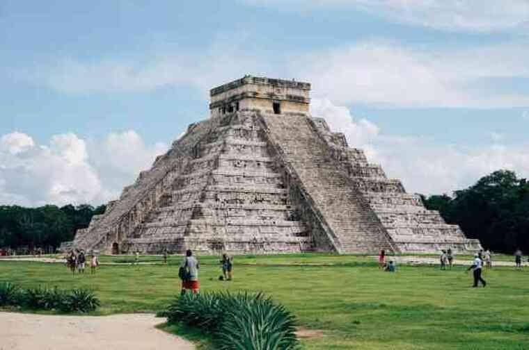 Pirámide de México rodeada de turistas acercándose al monumento