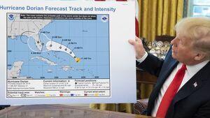 Imatge del moment en què Trump mostra el mapa manipulat